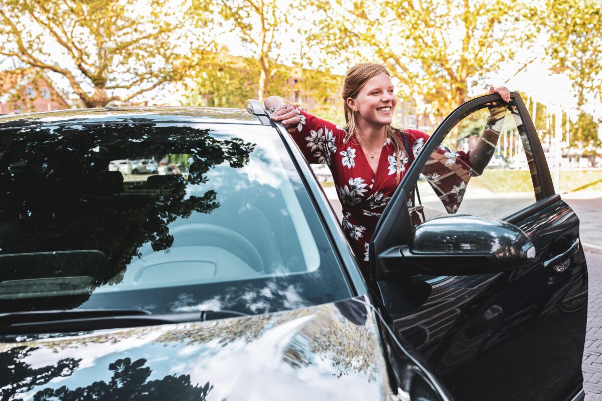 EasyDriving plaatst eerste deelauto in centrum Roden