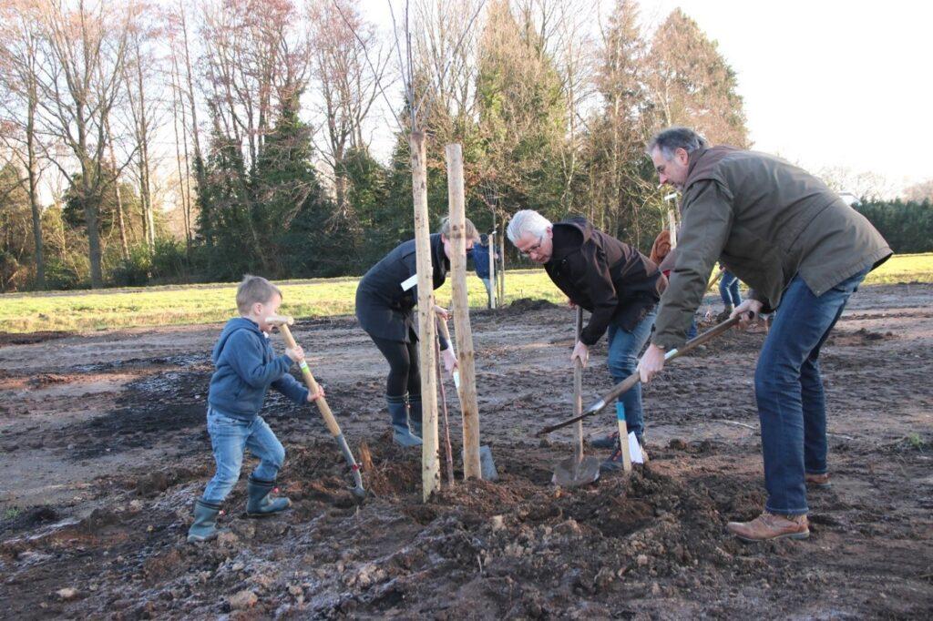 Op initiatief van het Plaatselijk Belang Dieverbrug wordt door het dorp een dorpsboomgaard aangelegd.